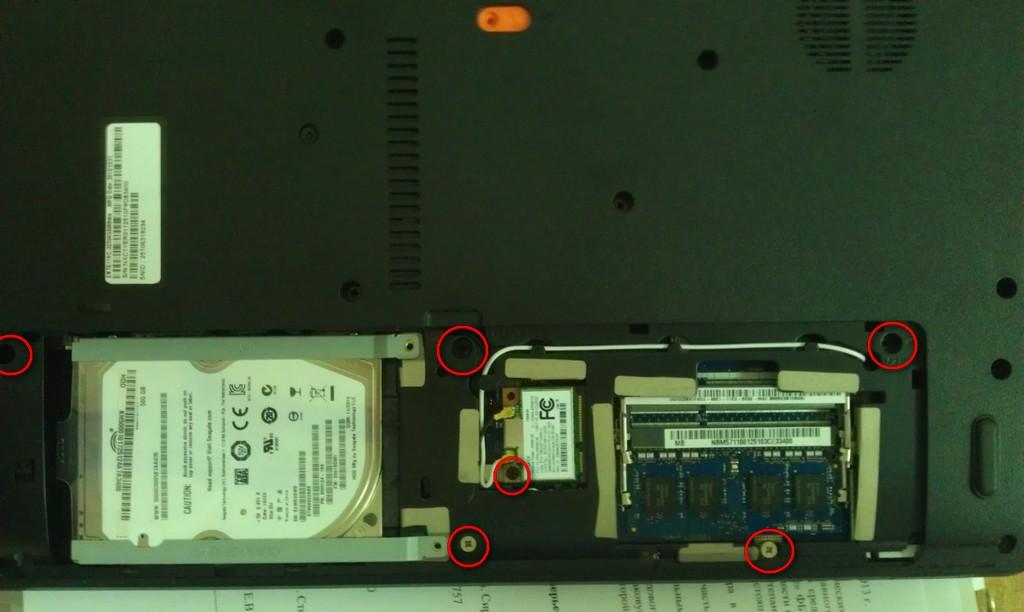 Откручиваем винты под задней крышкой Packard Bell